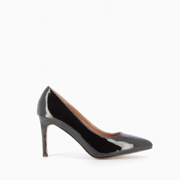 Black patent pumps with pointed toe