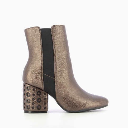 Bronze ankle boots with heel decorated with eyelets