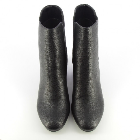 Black ankle boots with heel decorated with eyelets