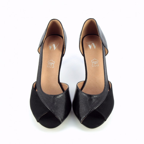 Black peep-toe pumps with cutout