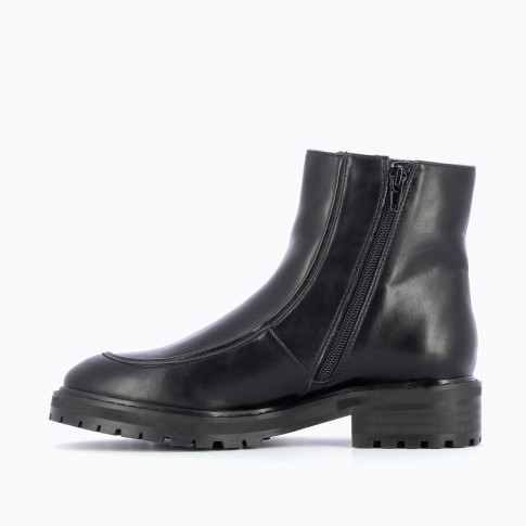 Black ankle boots with topstitch and serrated sole