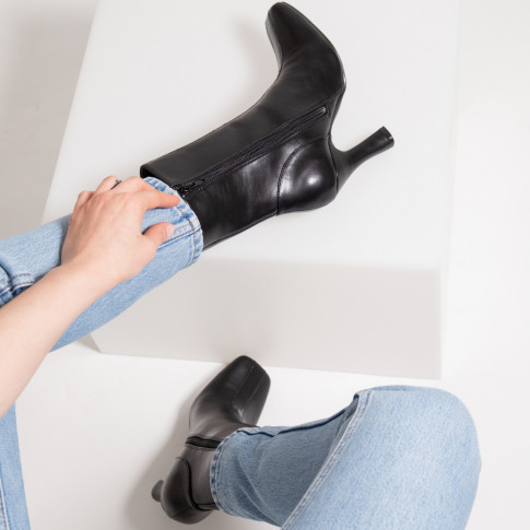 Black ankle boots with heel and patent leather strip