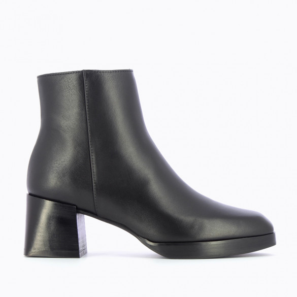 black ankle boots platform with heel and rounded square toe woman Vanessa Wu
