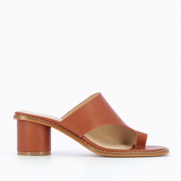 Camel mules toe loop with round heel grained leather effect woman Vanessa Wu