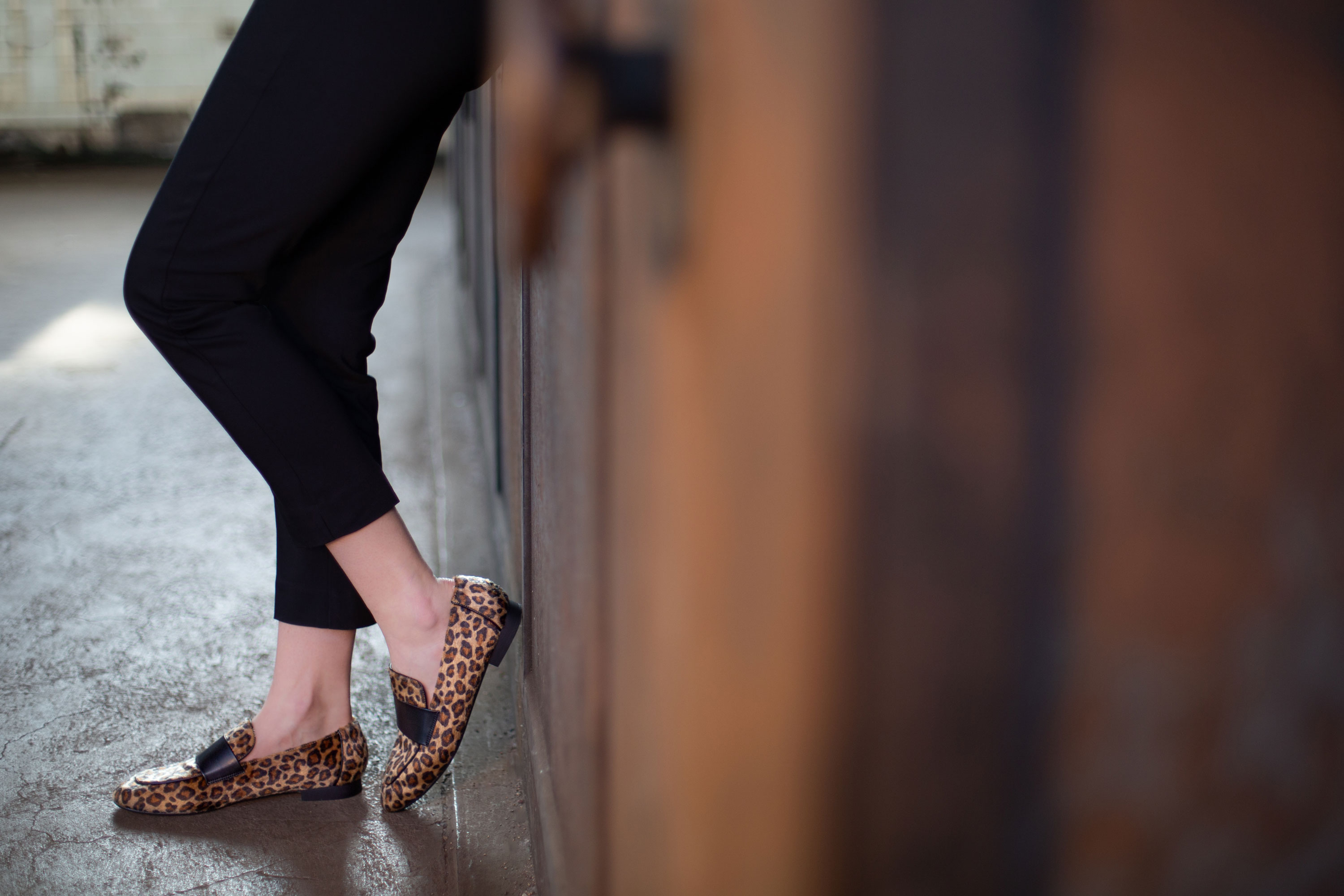 Vanessa-Wu-chaussures-leopard-loafers